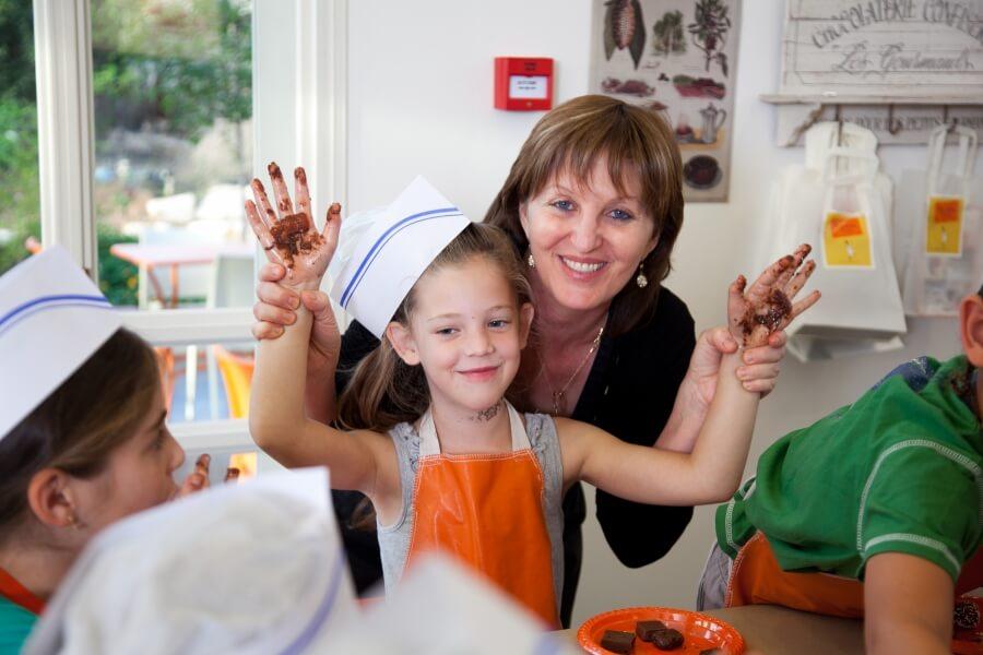 ילדה בקייטנה מלאה בשוקולד