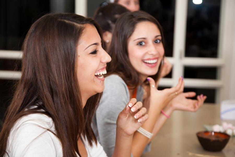 נשים צוחקות בסדנא