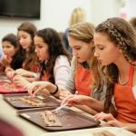 נערות במהלך סדנת שוקולד