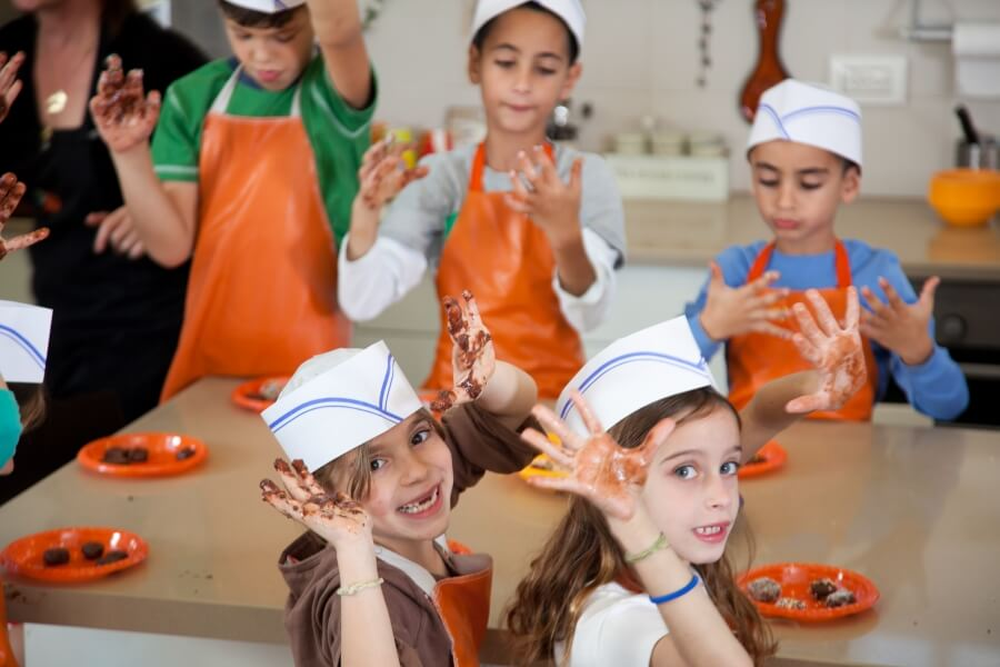 ילדים בסדנת שוקולד